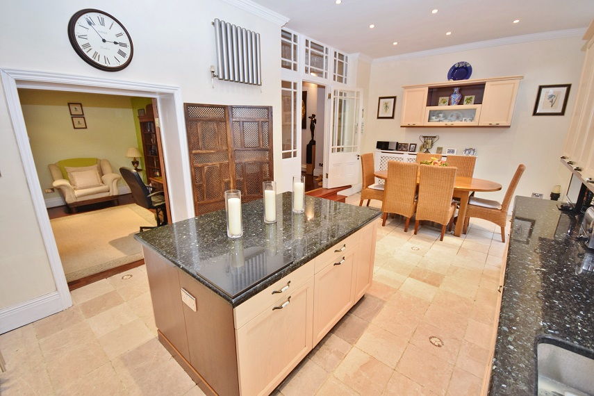 6 Bedroom House for Sale in Ealing, London, W3
