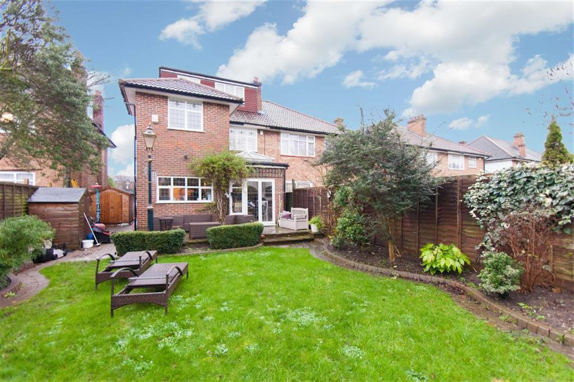 4 bedroom House for Sale in Acton, London W3